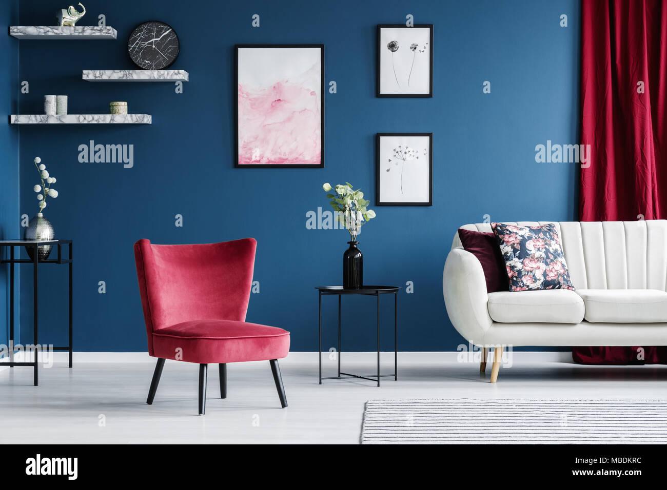 poltrona rossa e poster in blu salotto interno con divano accanto ad un tavolo con fiori foto. Black Bedroom Furniture Sets. Home Design Ideas