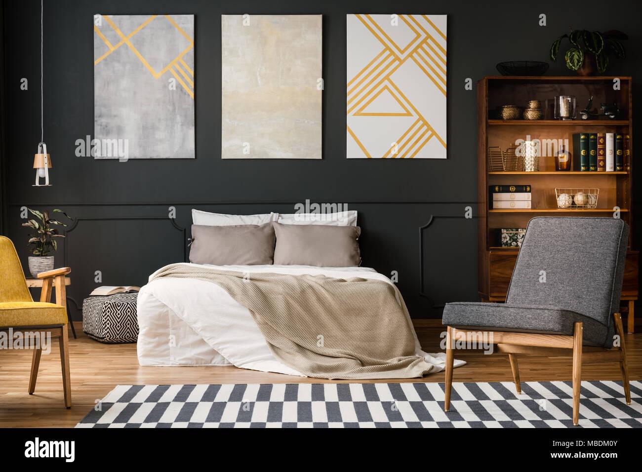 Moderno interiore camera da letto con letto grande il grigio e il bianco tappeto sedie - Camera da letto grande ...