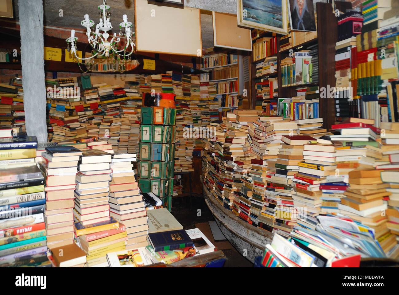 Vasca Da Bagno Volume : Venezia italia. la famosa libreria acqua alta lacqua alta . per