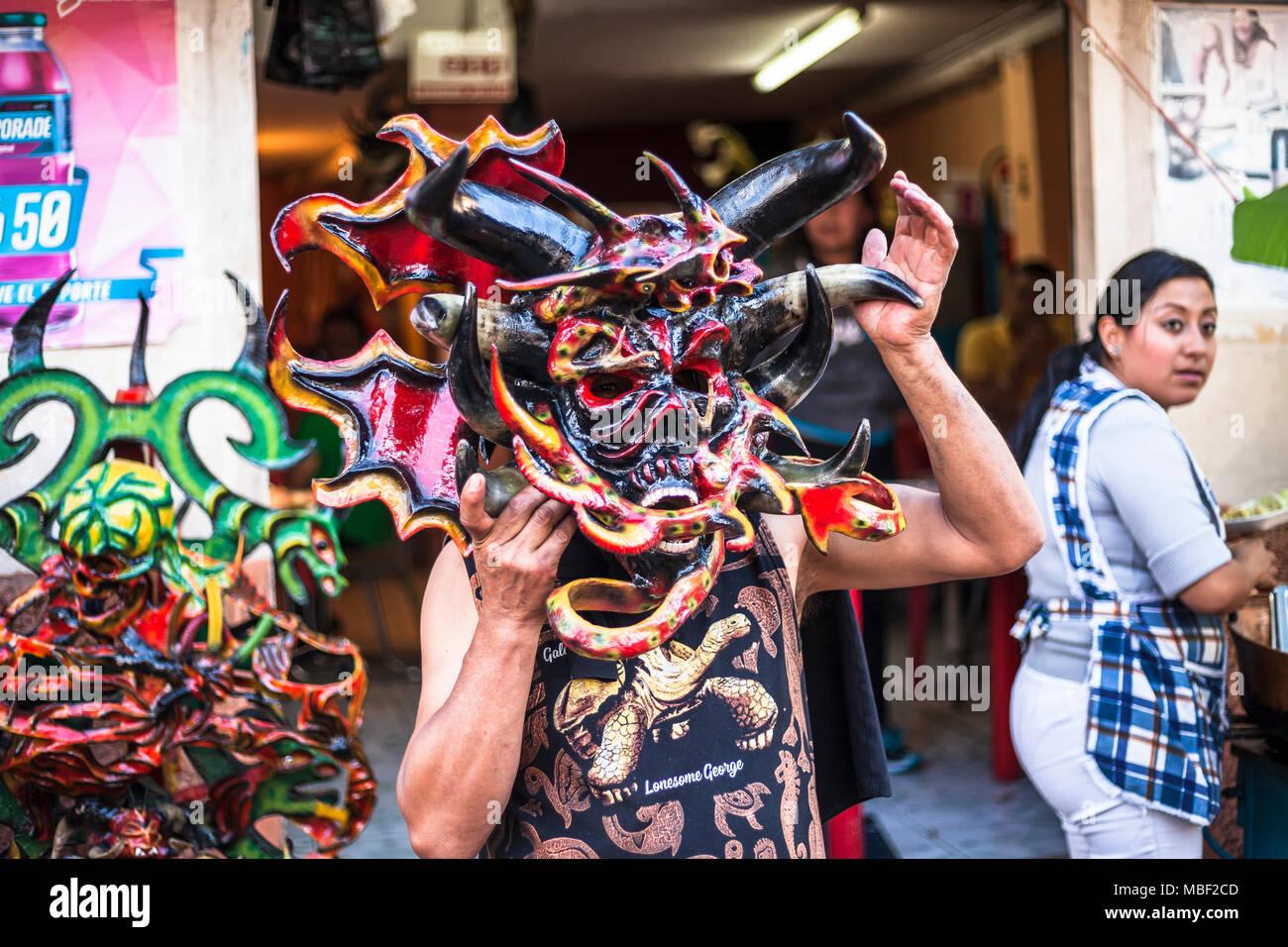 Píllaro, ECUADOR - Febbraio 6, 2016: Unidentified uomo vestito come diavolo nel diabladas festeggiamenti in Pillaro. Foto Stock