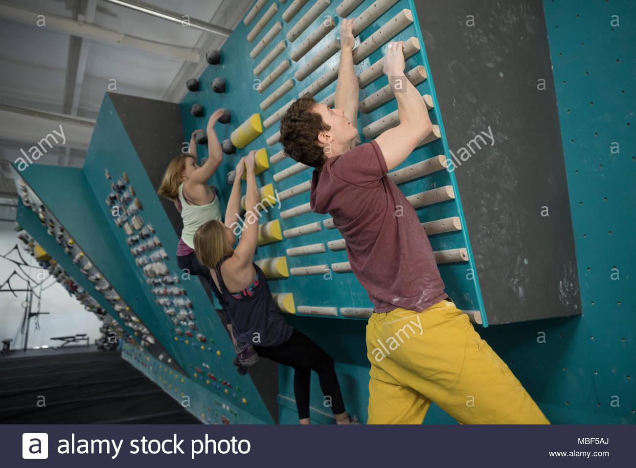 Arrampicatori arrampicata parete di allenamento in palestra di arrampicata Immagini Stock