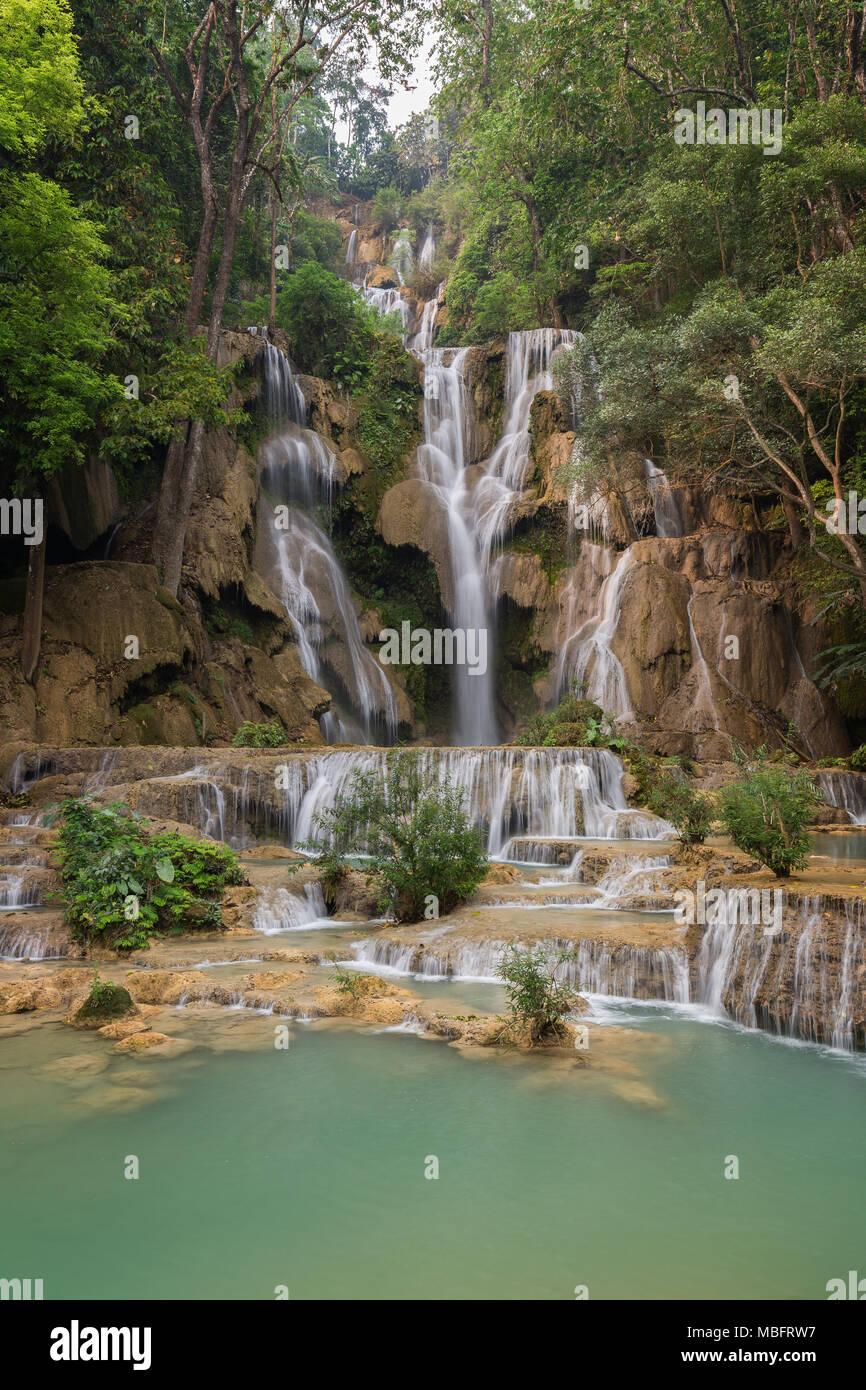 Bellissima vista del principale caduta alla Tat Kuang Si cascate vicino a Luang Prabang in Laos. Immagini Stock