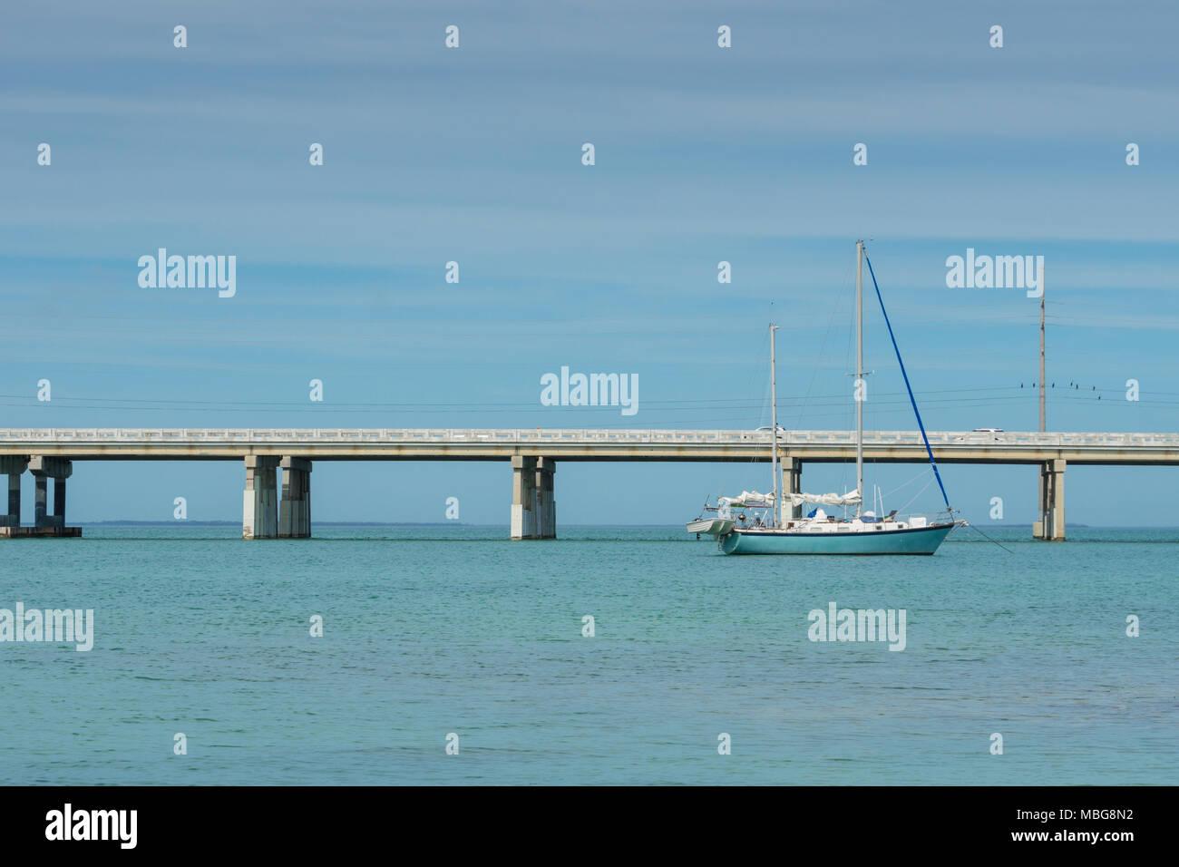 Stati Uniti d'America, Florida, barca a vela di ancoraggio anteriore della Overseas Highway bridge Immagini Stock
