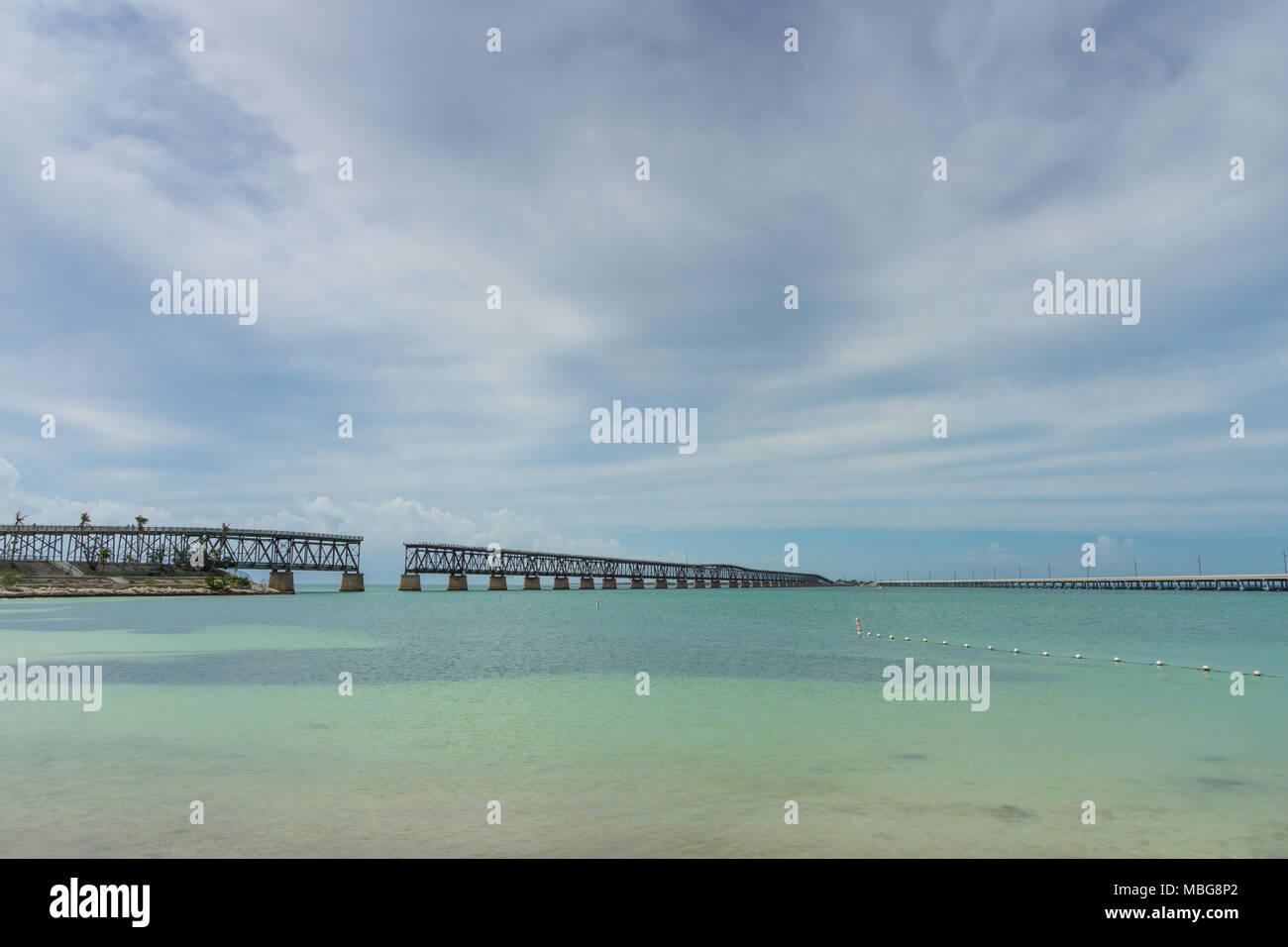 Stati Uniti d'America, Florida, Oltremare antico ponte ferroviario a Bahia Honda state park dalla spiaggia Immagini Stock