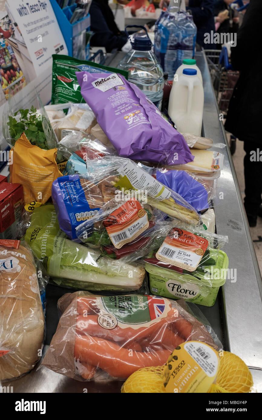 Shopping al supermercato Tesco, confezionamento in plastica Foto Stock