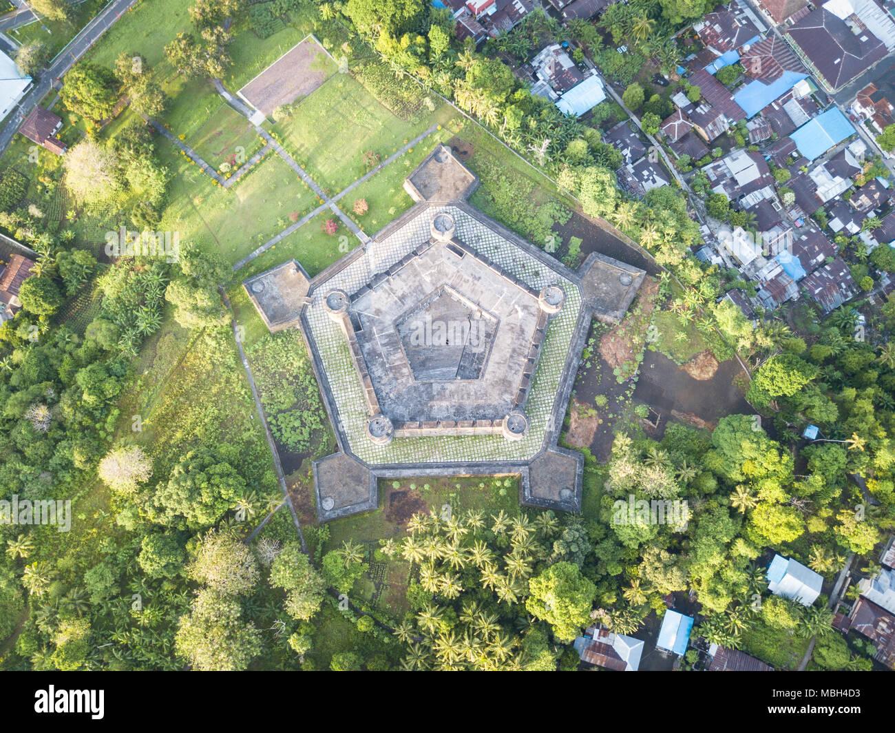 Forte di Nassau fu costruito dagli olandesi sulla banda Neira nella banda del mare. Questa remota regione si trova nel triangolo di corallo e presenta una elevata biodiversità marina. Immagini Stock