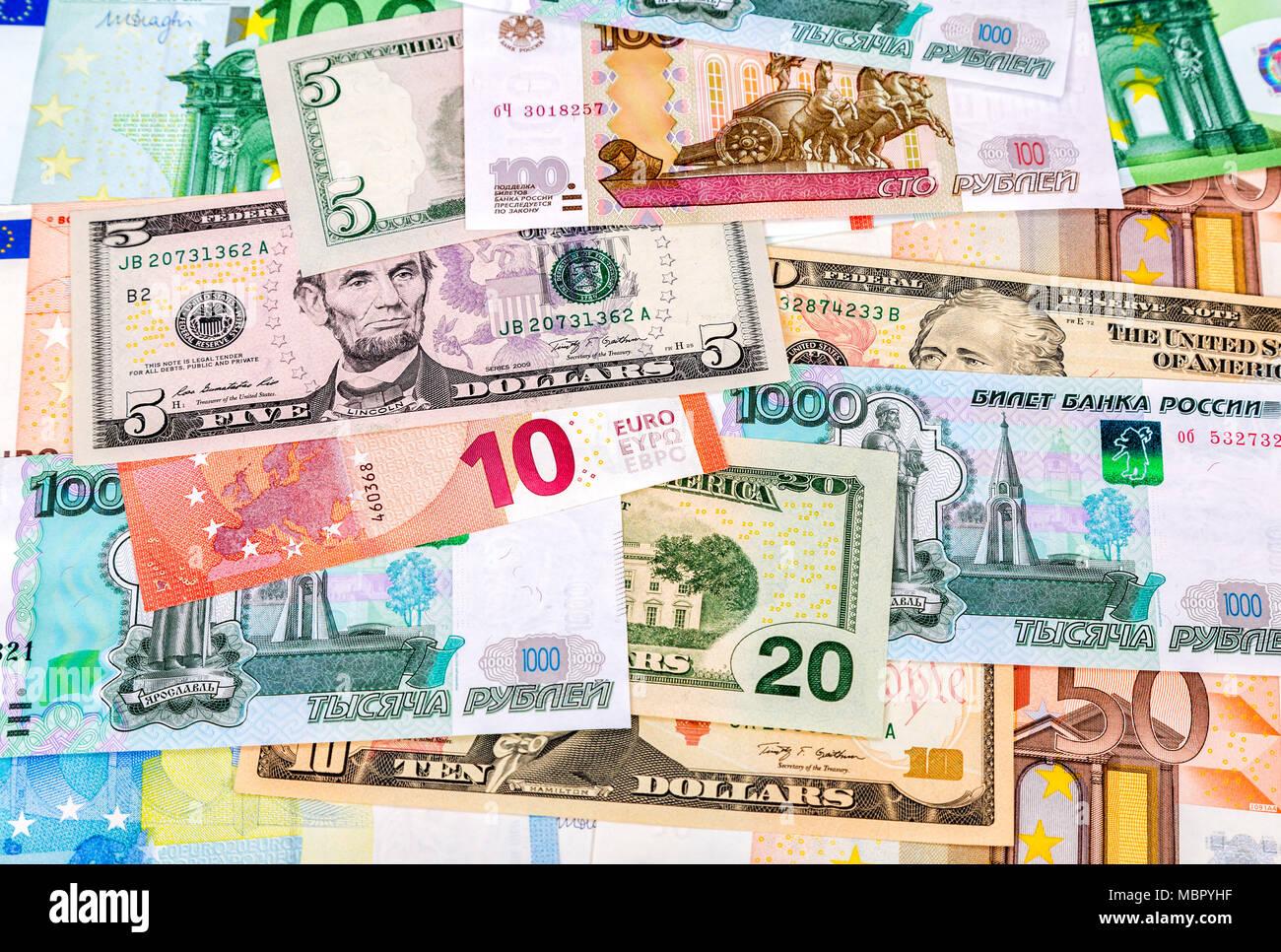 Sfondo di denaro da diversi tipi di carta moneta di euro dollari americani e di rubli russi - Diversi tipi di carta ...