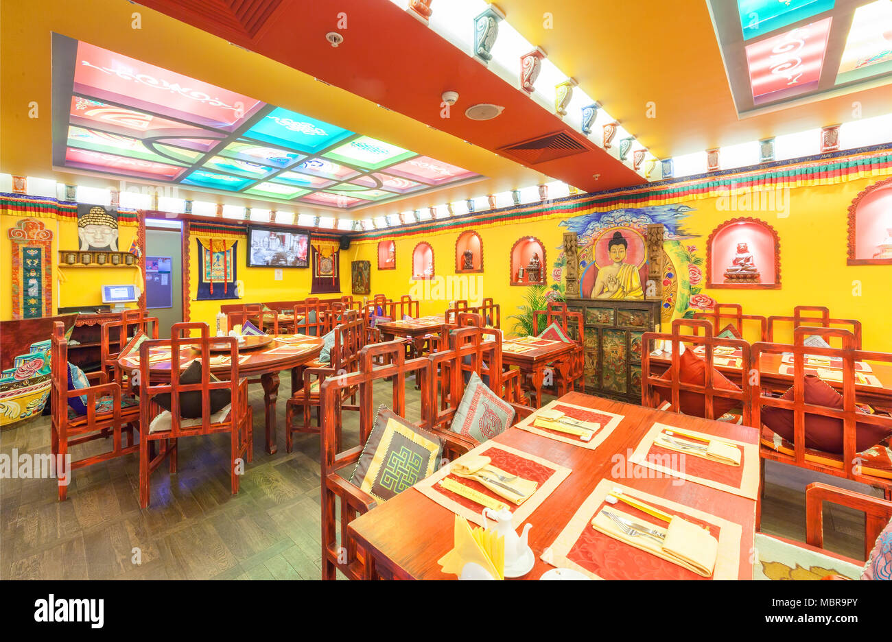 Mosca - Agosto 2014: l\'interno del ristorante Indiano e cucina ...