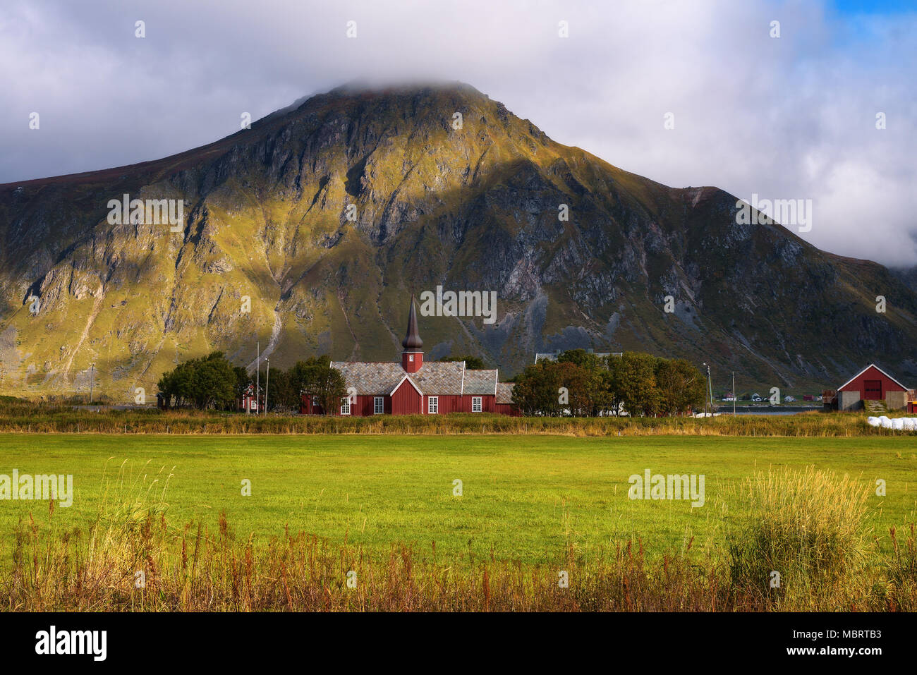Chiesa di Flakstad sulle isole Lofoten in Norvegia Foto Stock