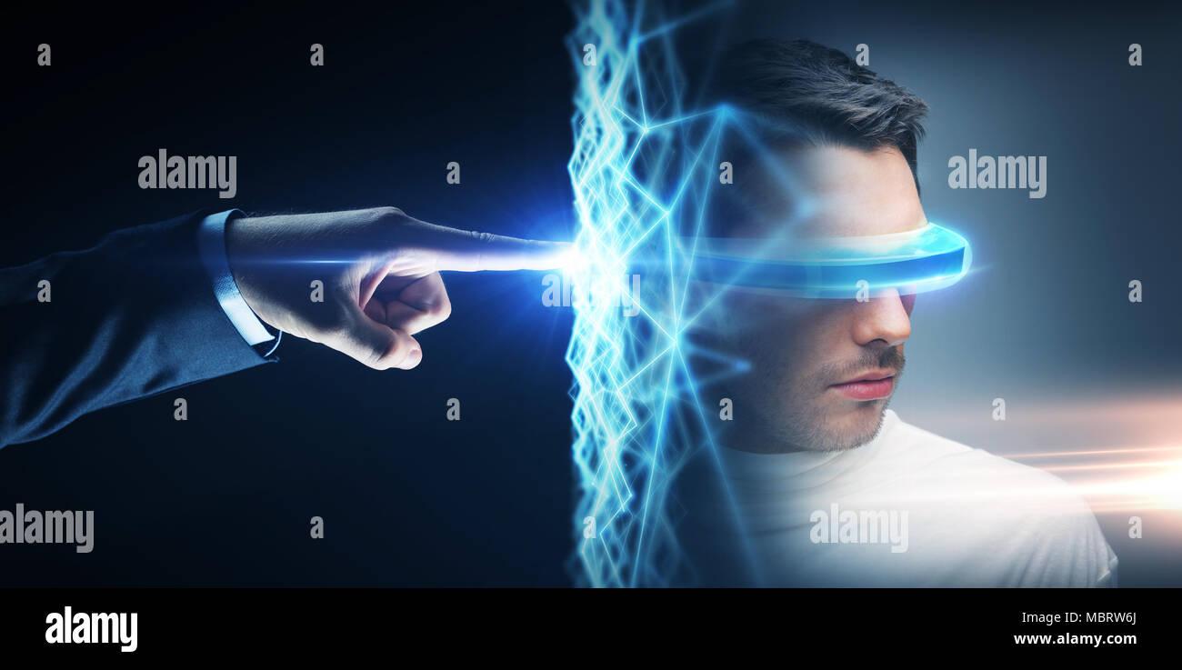 Imprenditore mano la connessione a una rete virtuale Immagini Stock