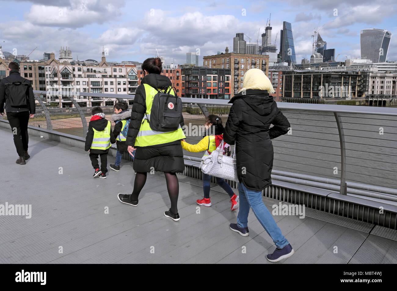 British bambini delle scuole elementari i ragazzi a piedi attraverso il Millennium Bridge tenendo le mani con insegnante nel sud di Londra, Inghilterra UK KATHY DEWITT Immagini Stock