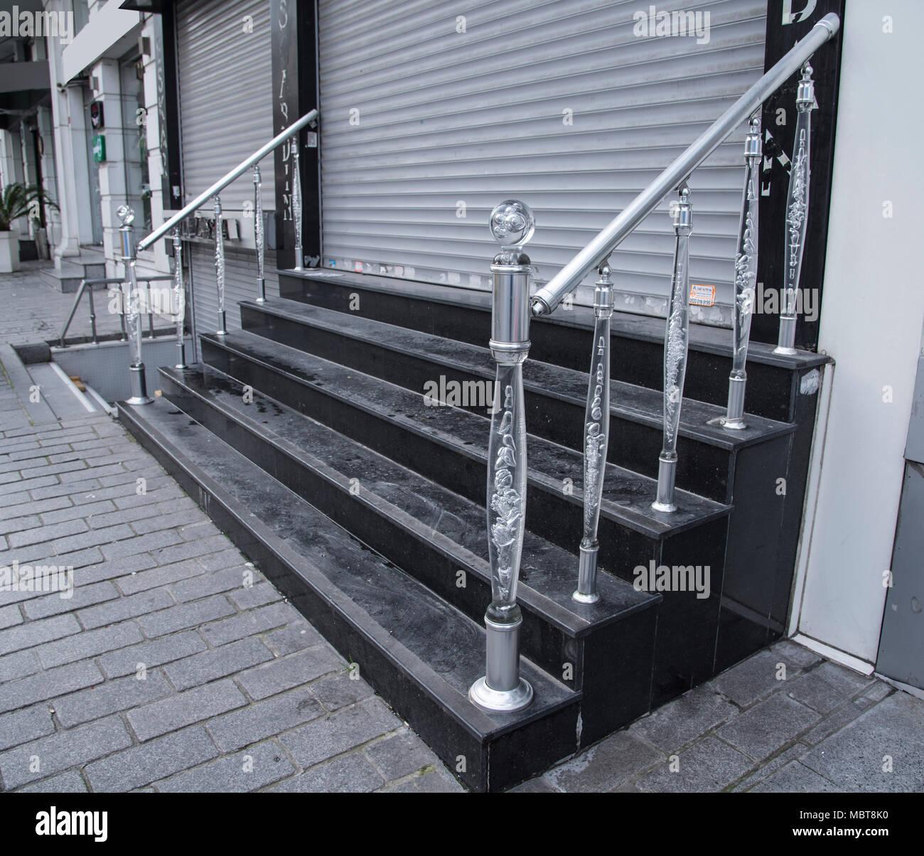 Scala In Marmo Nero il nero delle scale di marmo per il negozio chiuso con