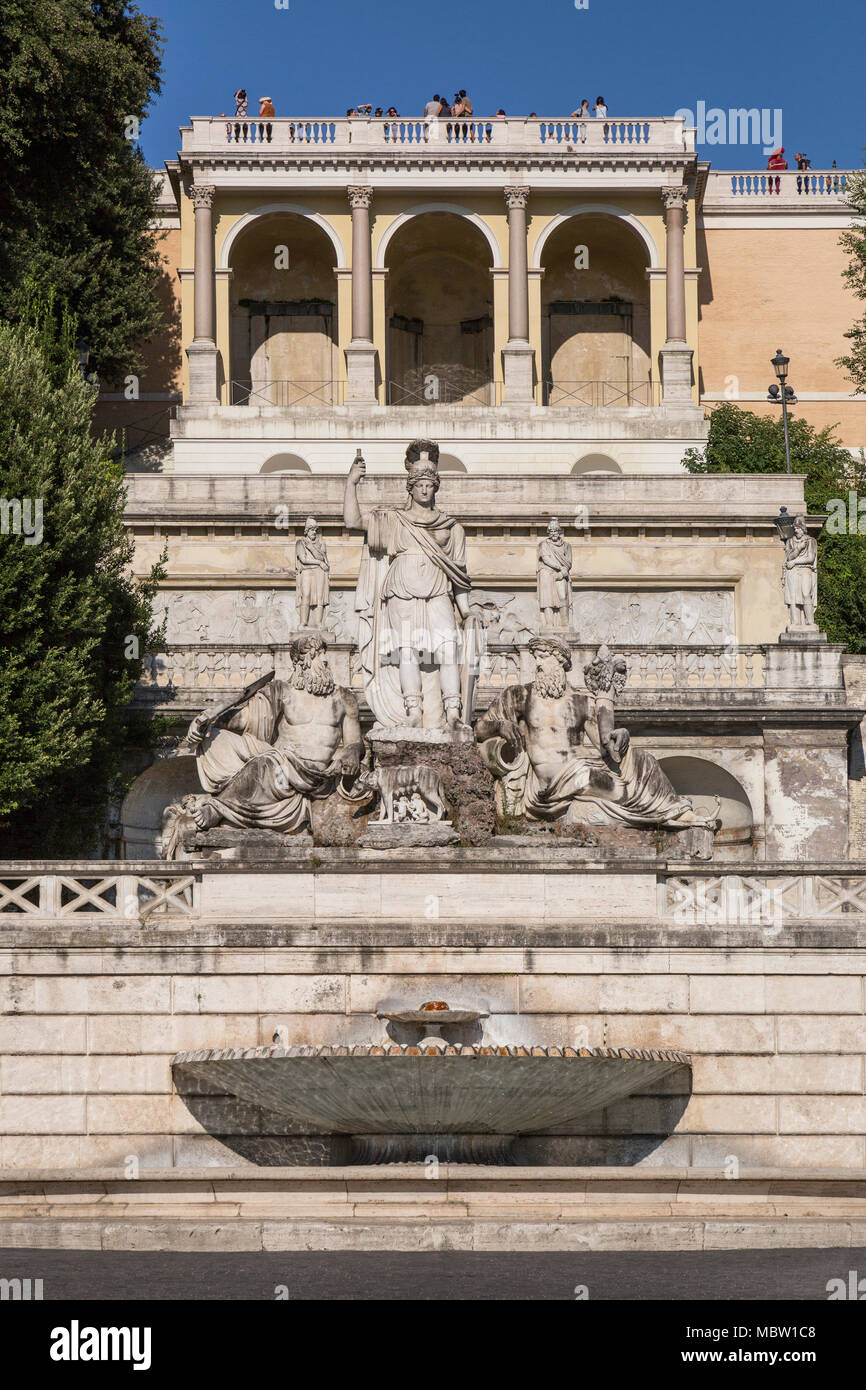 La fontana di Roma, Piazza del Popolo, Roma, Italia. Al di sotto del Pincio Gardens è la Fontana della dea di Roma (Fontana della Dea di Roma) Immagini Stock