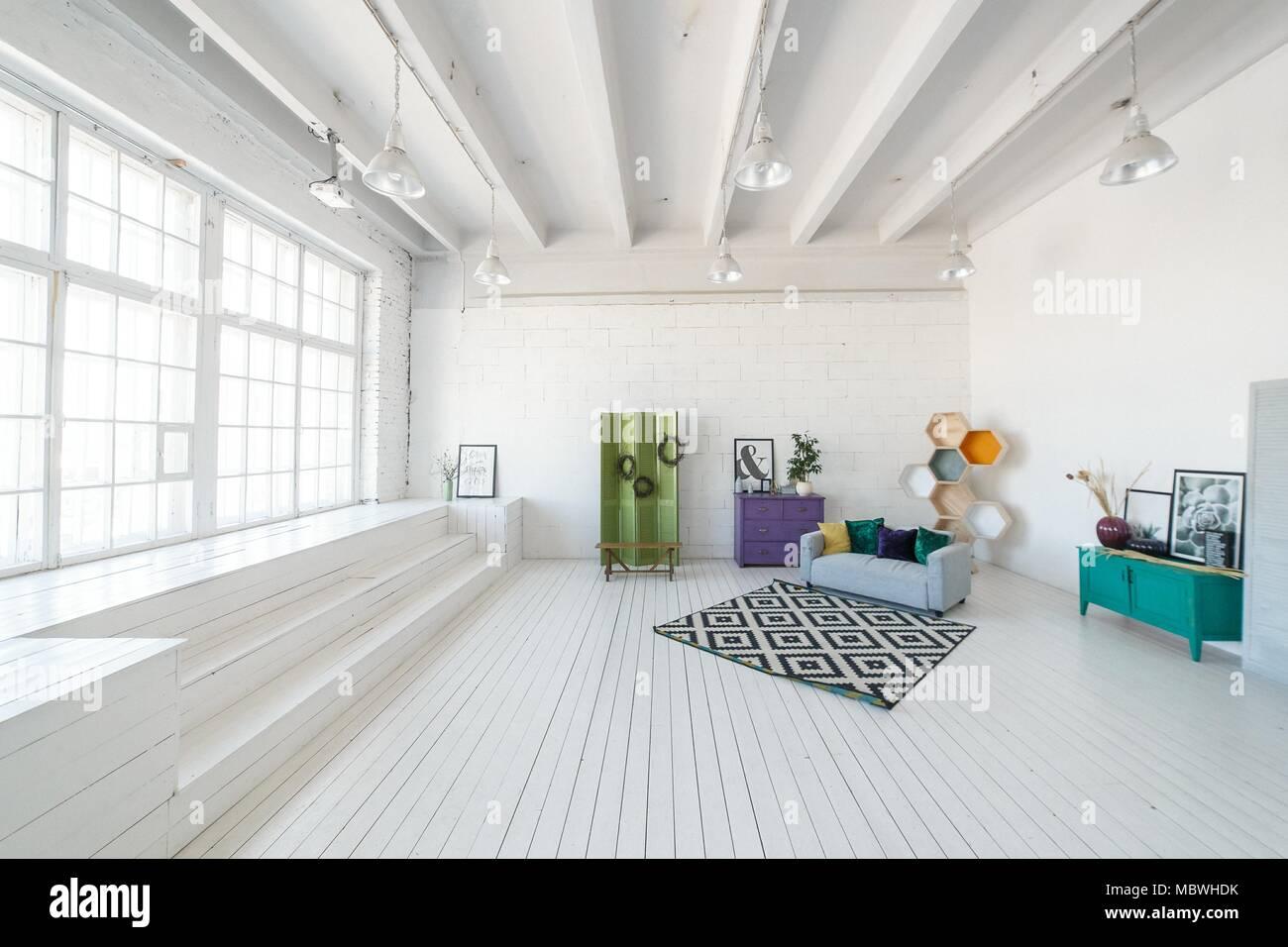 Soffitti In Legno Bianco : Luminosa foto in studio o in salotto interno con grande finestra
