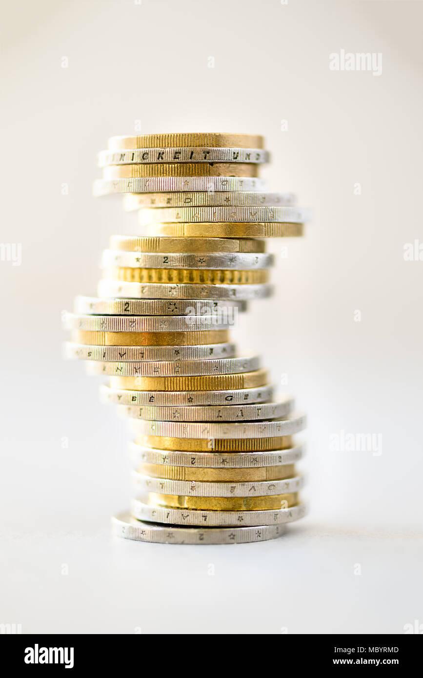 Euro denaro, moneta. Successo, ricchezza e povertà, poorness concetto. Monete metalliche in euro stack su sfondo grigio con copia spazio. Immagini Stock