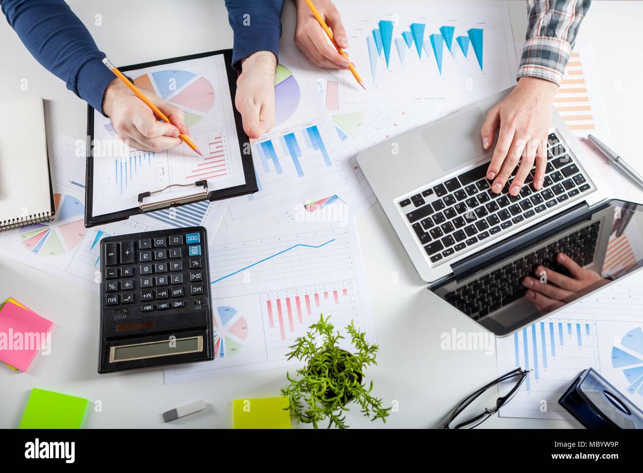 Il mercato azionario grafico e puntare il dito Immagini Stock