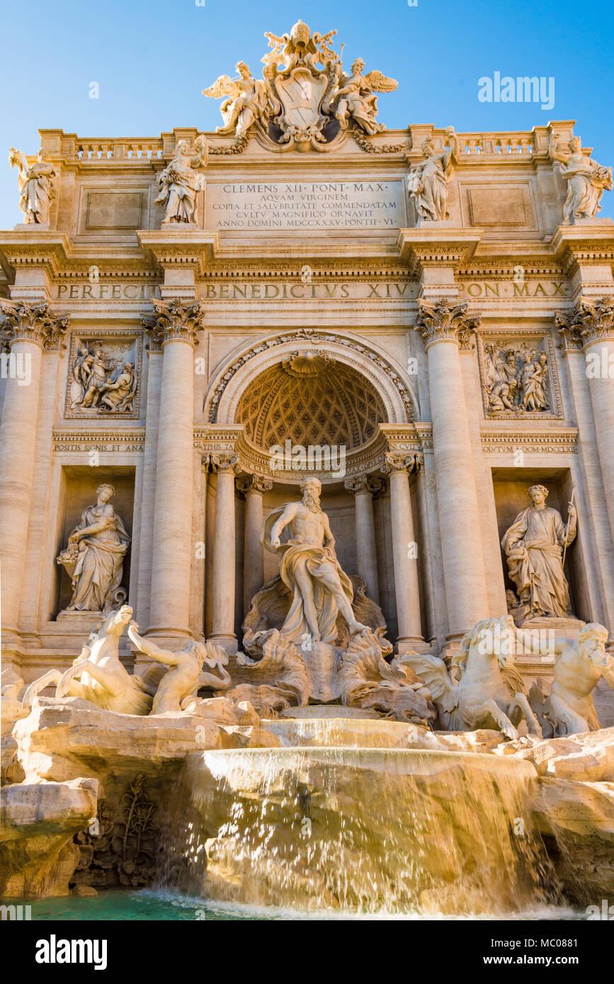 La celebre Fontana di Trevi a Roma in una giornata di sole. Foto Stock