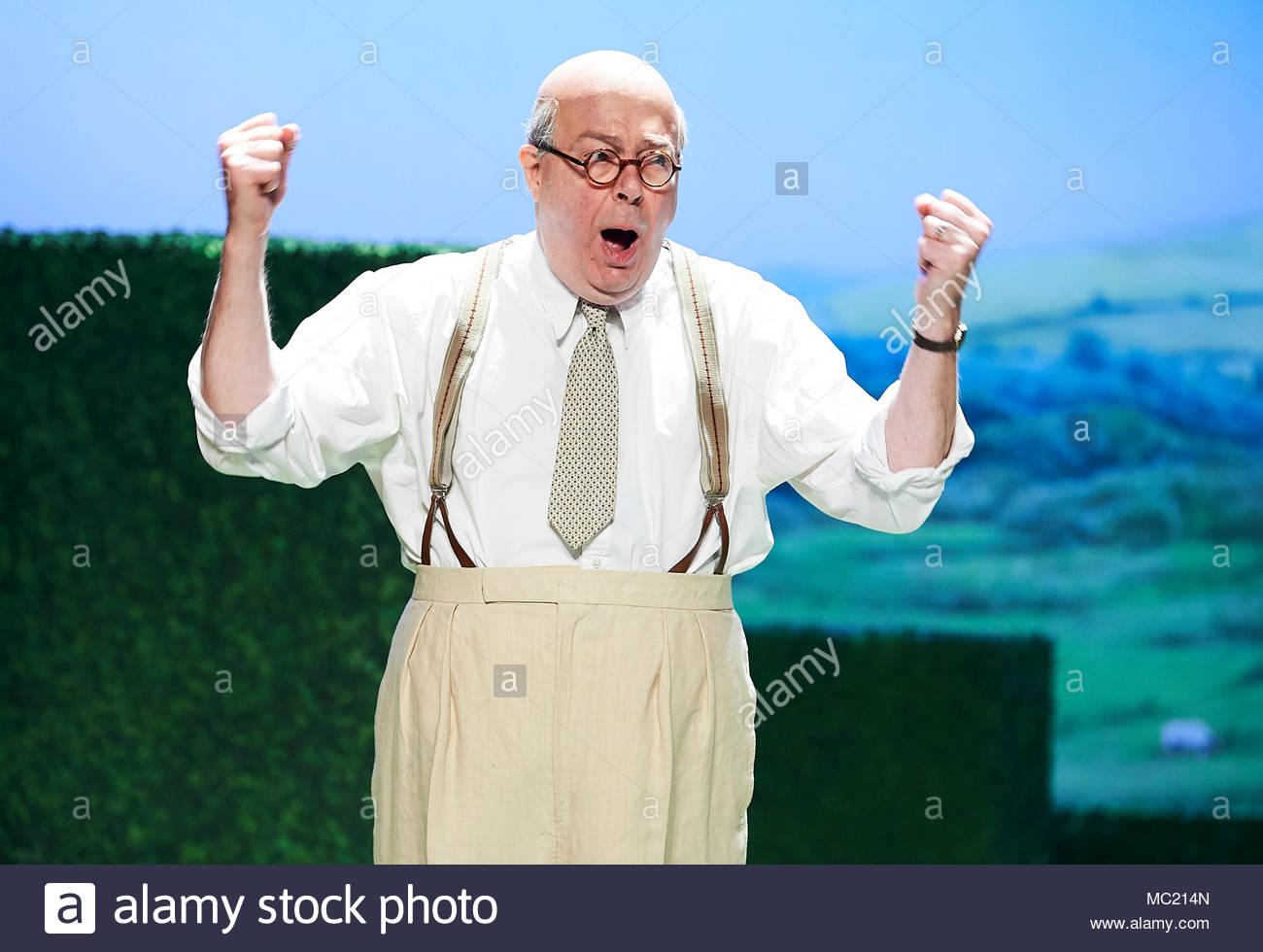 Il soprano moderato da David Hare , diretto da Jeremy Herrin. Con Roger Allam come John Christie.Si apre al Duke of York's Theatre il 12/4/18. CREDIT Geraint Lewis solo uso editoriale Immagini Stock