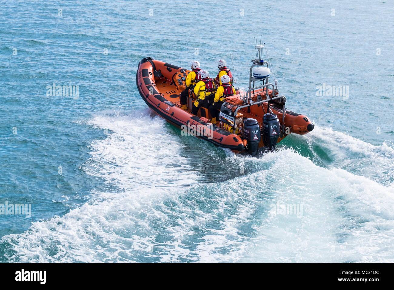Volontari di Newquay RNLI equipaggio che partecipano a un GMICE (buona medicina in ambienti impegnativi) incidente principale esercizio di Newquay. Immagini Stock