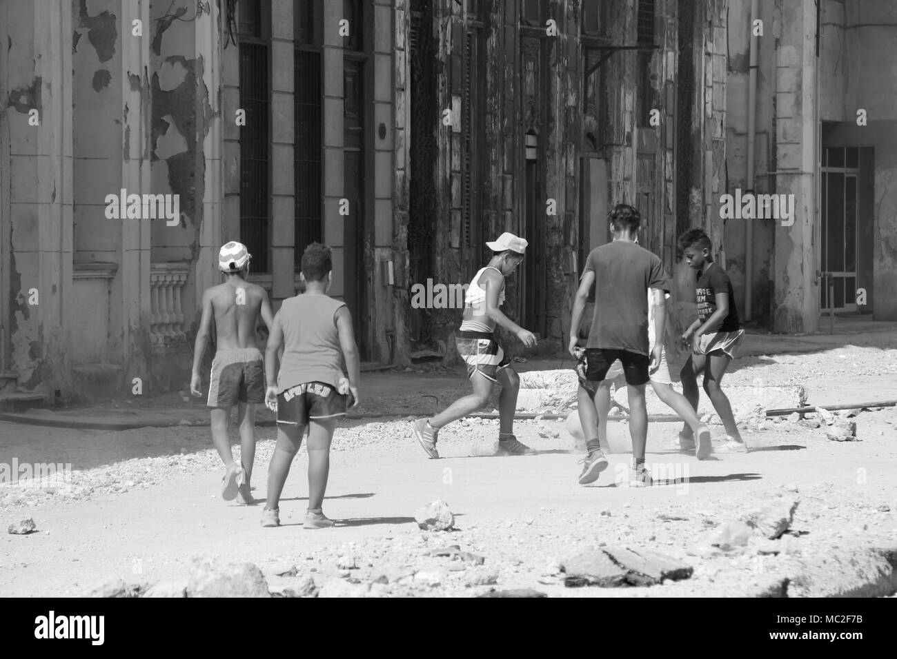 Fotografia In Bianco E Nero Di Bambini Cubani Che Giocano A Calcio