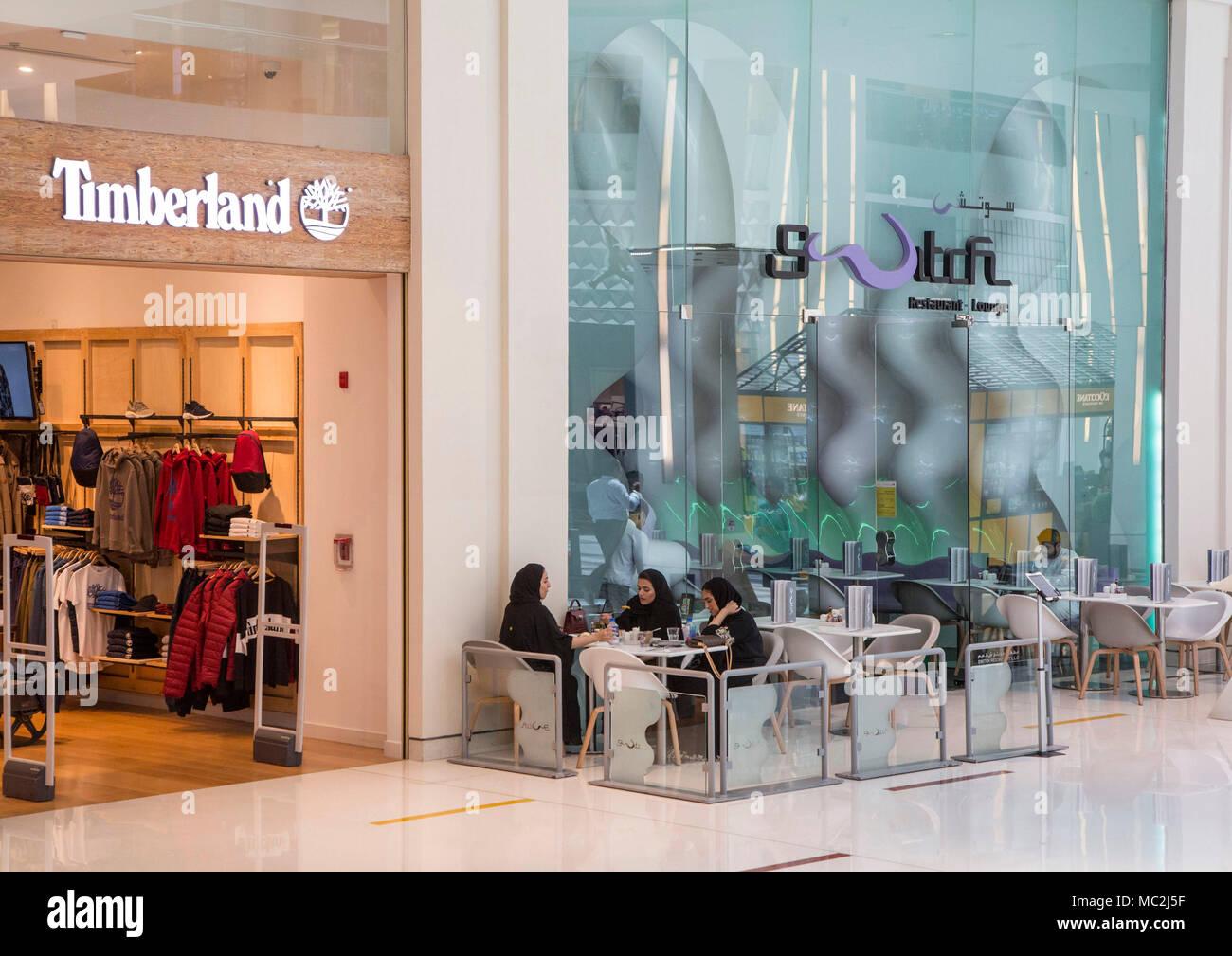 70c61cda87 Dubai centro commerciale moderno con Fauchon, Dior, Chanel, Gucci, Louis  Vuitton negozi
