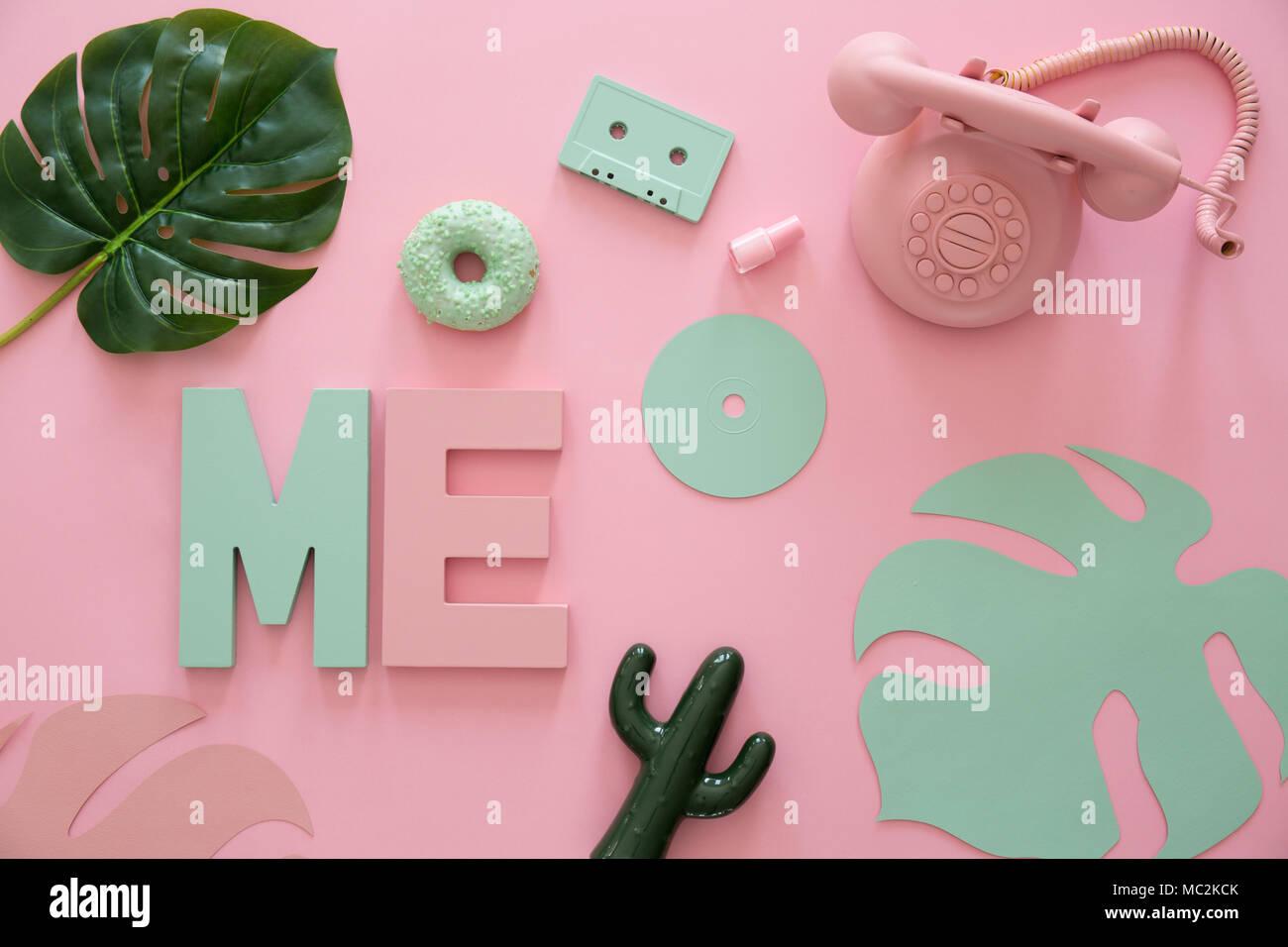 Telefono Rosa Cactus E Foglie Di Colore Giallo Su Sfondo Rosa Con