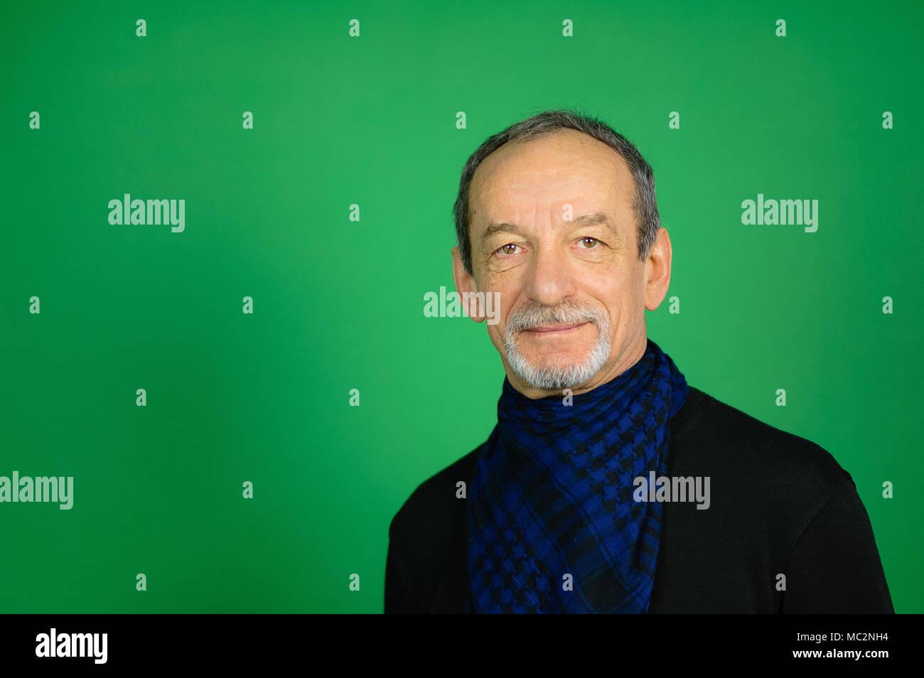 Ritratto di un uomo maturo su uno sfondo verde. Maglione nero 0d6e118c8f08
