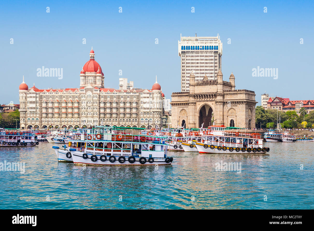Il Gateway of India e barche come visto dal porto di Mumbai in Mumbai, India Immagini Stock
