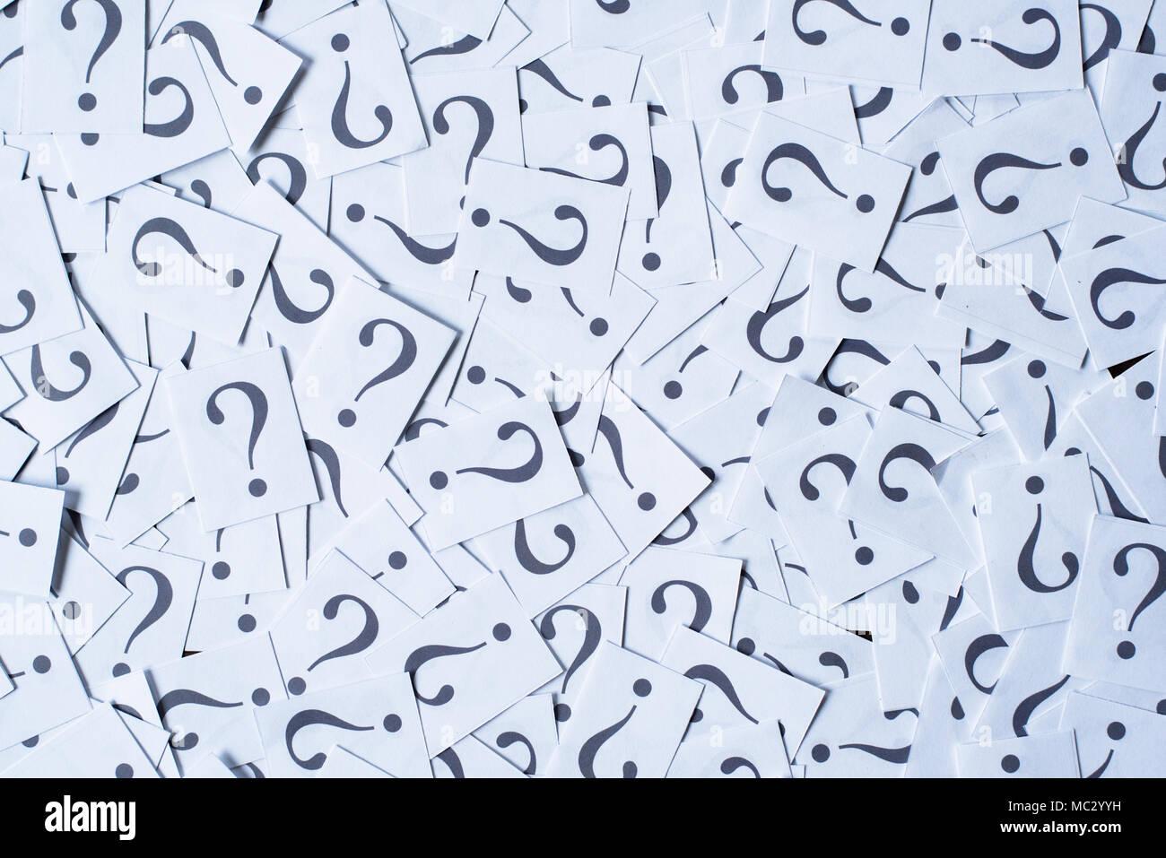 Cumulo di carta bianca nota con un punto interrogativo come sfondo. FAQ e Q&un concetto Foto Stock