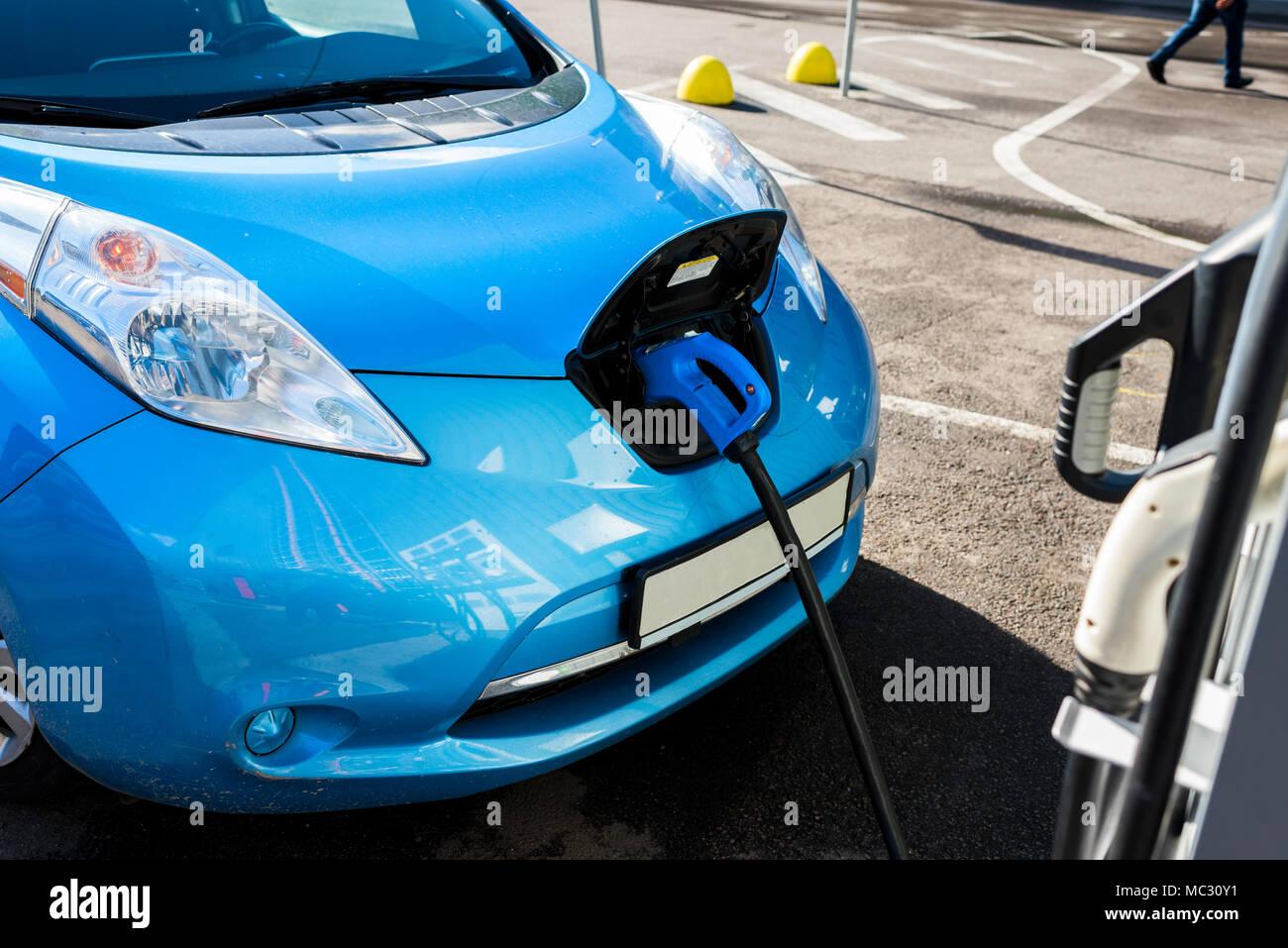 Auto elettrica in prossimità della stazione di carica Immagini Stock