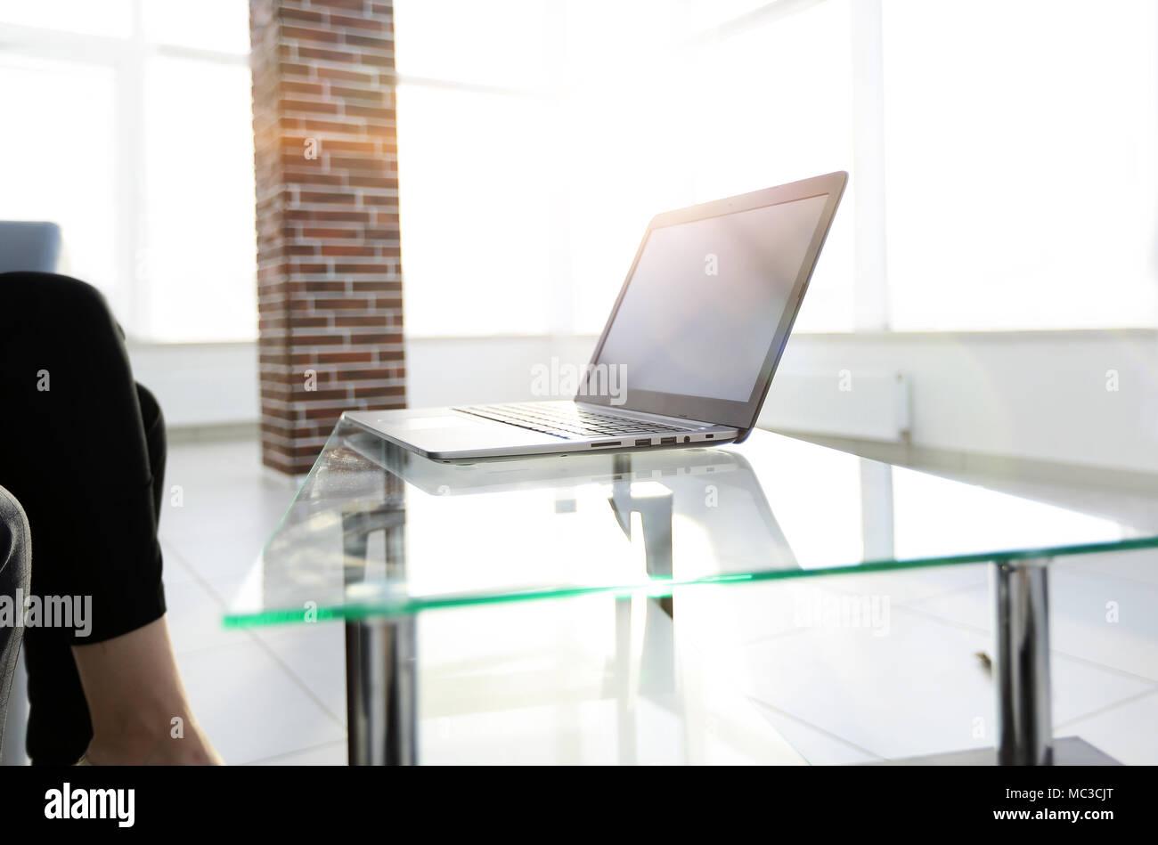 Tavolo Di Ufficio : Postazione di lavoro con computer portatile su un tavolo di vetro