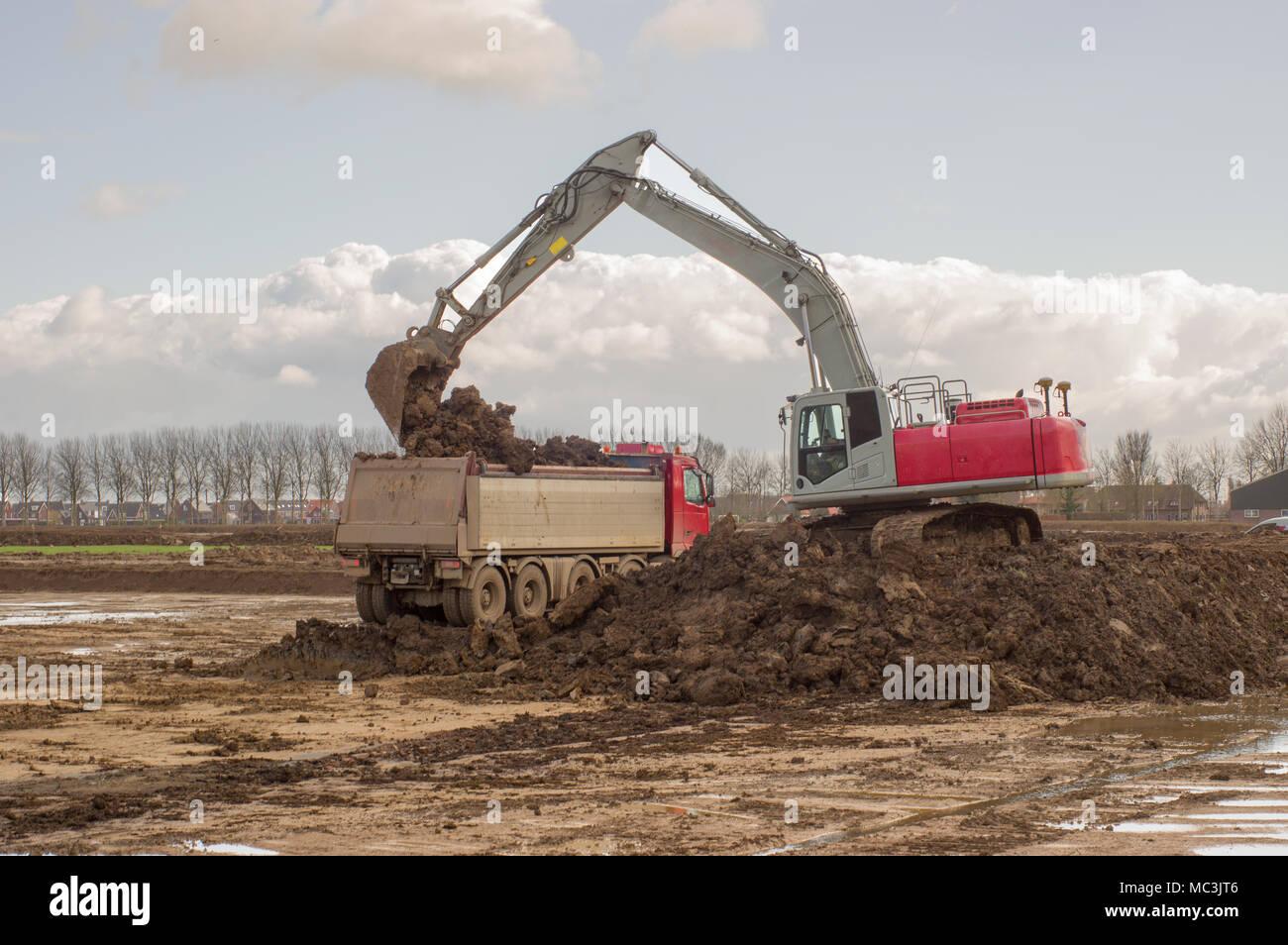 Carichi di escavatore carrello con il suolo Immagini Stock