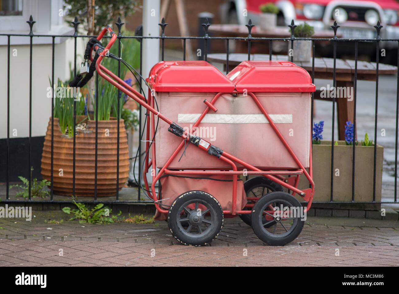 Recinzioni In Ferro Per Giardino.Rosso Brillante Royal Mail Spingere Il Carrello Barrow Incatenato Al