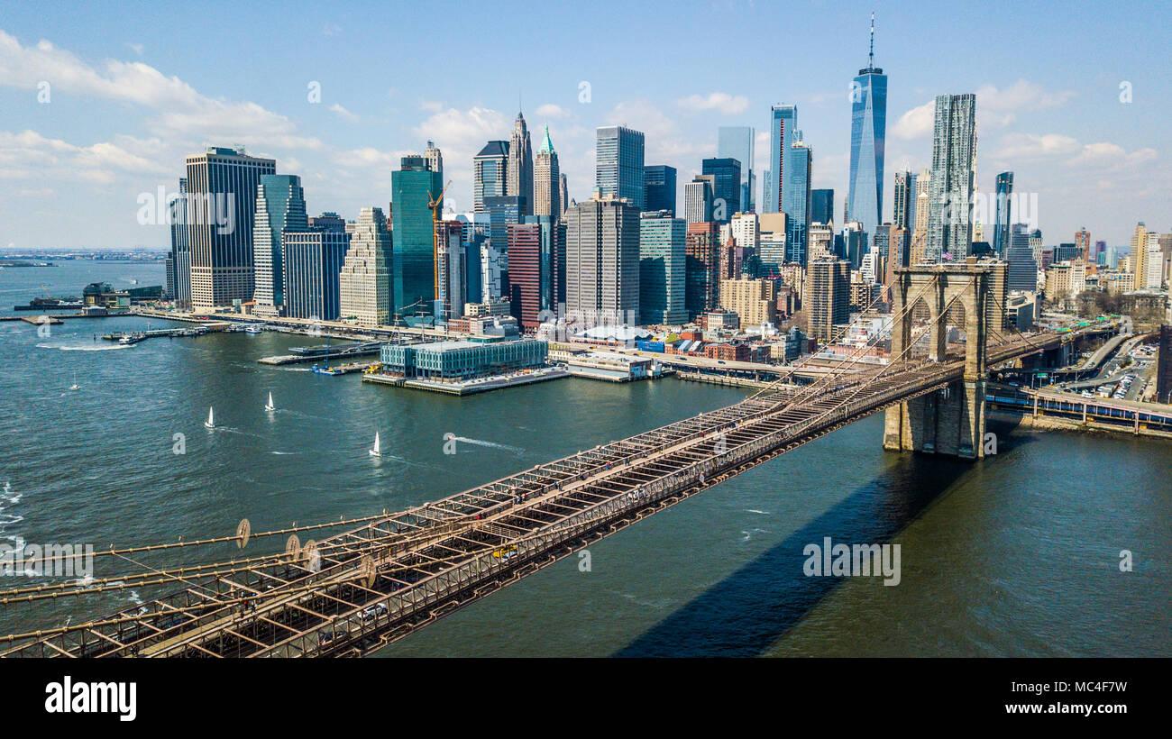 Il Ponte di Brooklyn e il centro cittadino di Skyline di Manhattan, New York City, Stati Uniti d'America Immagini Stock