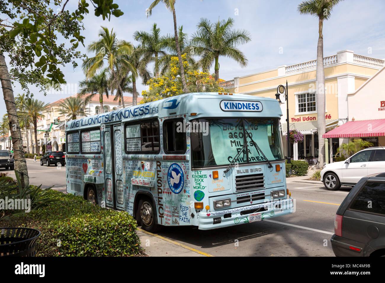 Autobus dipinto con parole di gentilezza. Tour del paese di accettare donazioni per la prevenzione del bullismo e suicidi. Immagini Stock
