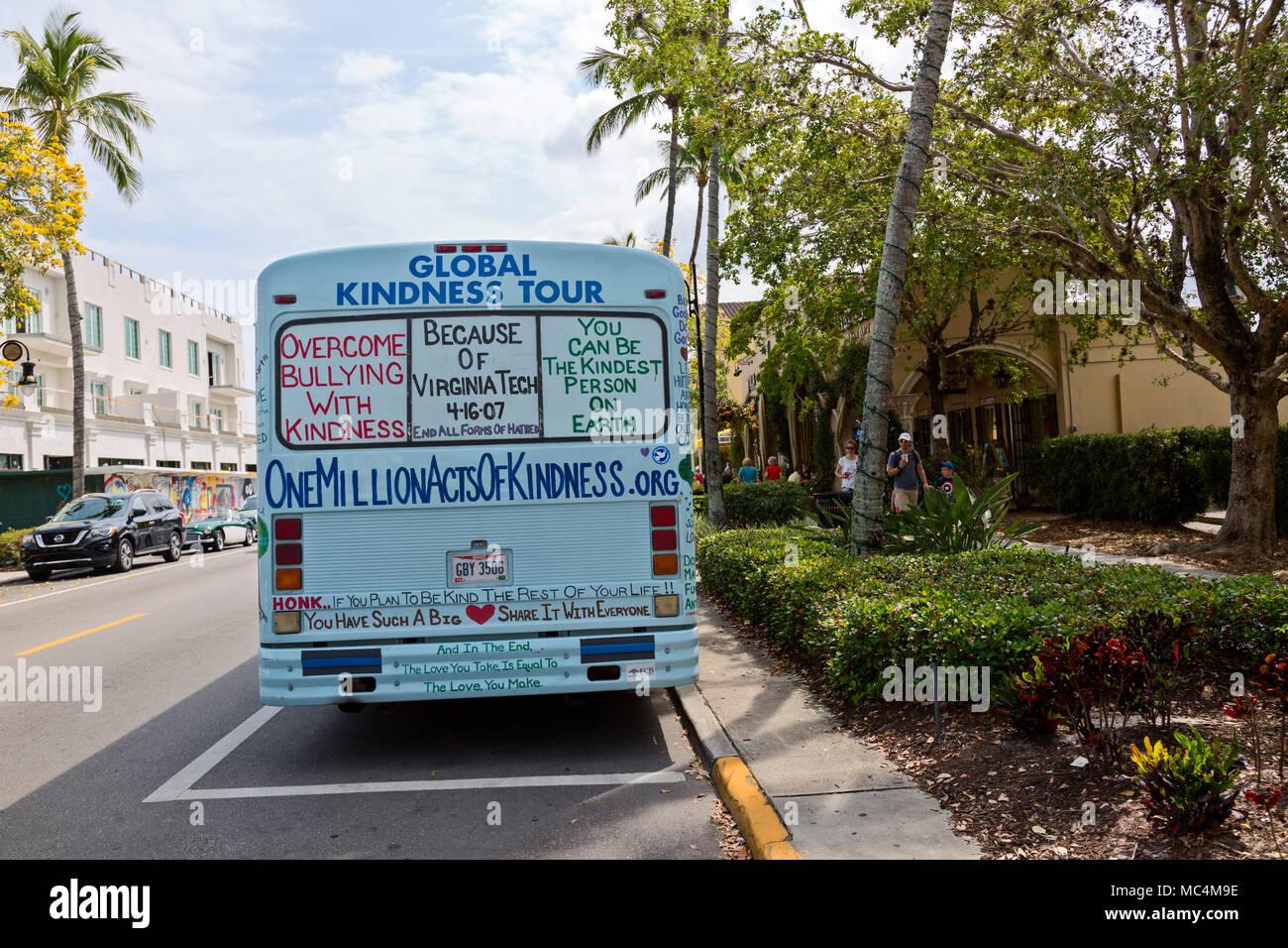 Global gentilezza tour, tour del paese in un dipinto di bus, raccolta di donazione per la prevenzione del bullismo e suicidi. Immagini Stock