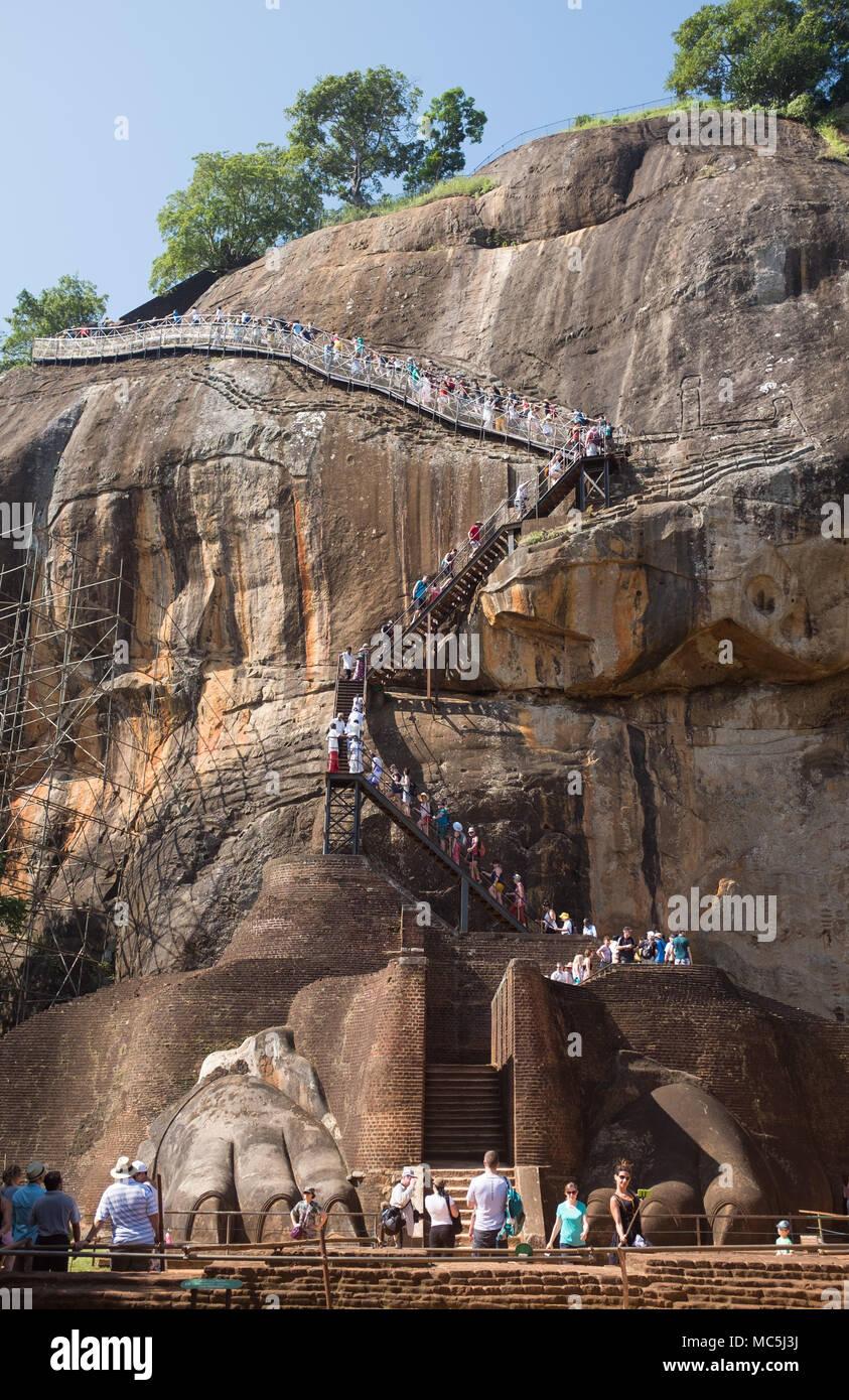 Leone la Terrazza della zampa e Leone la scalinata della zampa, Sigiriya rock fortezza (Lion Rock), il Sito Patrimonio Mondiale dell'UNESCO, Sigiriya, Triangolo Culturale Immagini Stock