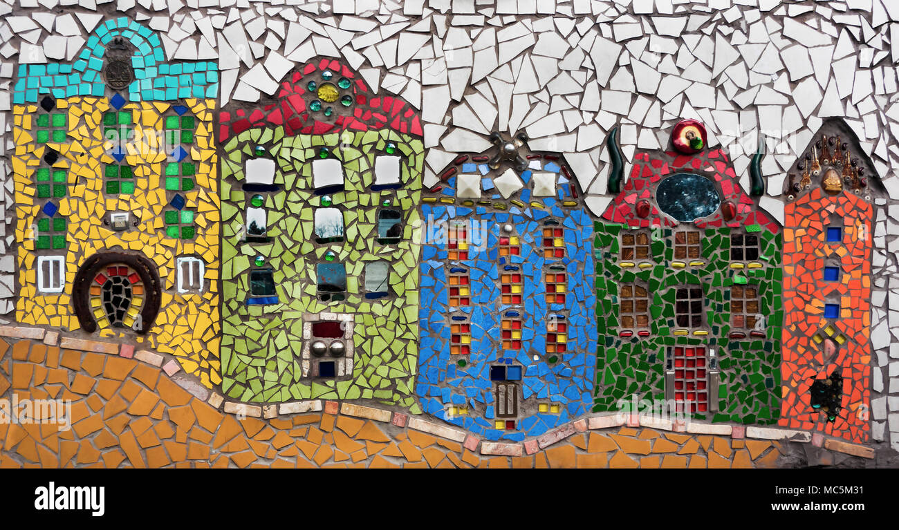 La colorata vecchia case fatte di mosaico e piastrelle rotte foto