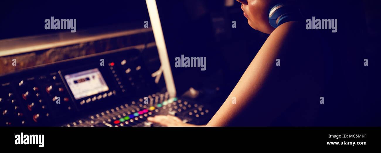 Ingegnere audio utilizzando equipaggiamento di registrazione audio Immagini Stock