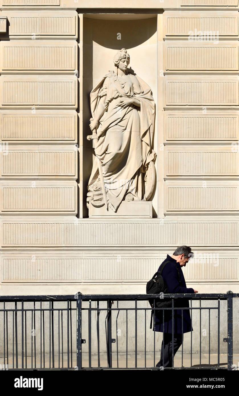 """Londra, Inghilterra, Regno Unito. NatWest Bank City of London uffici. Statua allegorica sulla facciata """"coraggio"""" di Charles Domain. Princes Street, vicino alla banca di Immagini Stock"""