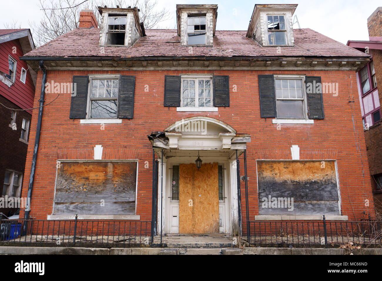 Case Di Legno E Mattoni : Abbandonato casa in mattoni rossi e impiallacciatura di legno