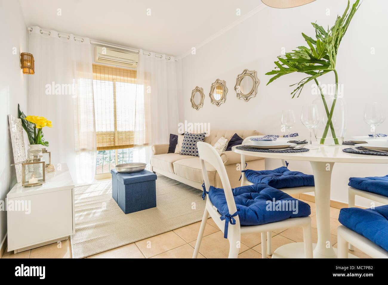 Soggiorno con un tavolo da pranzo in stile moderno, appartamento di ...