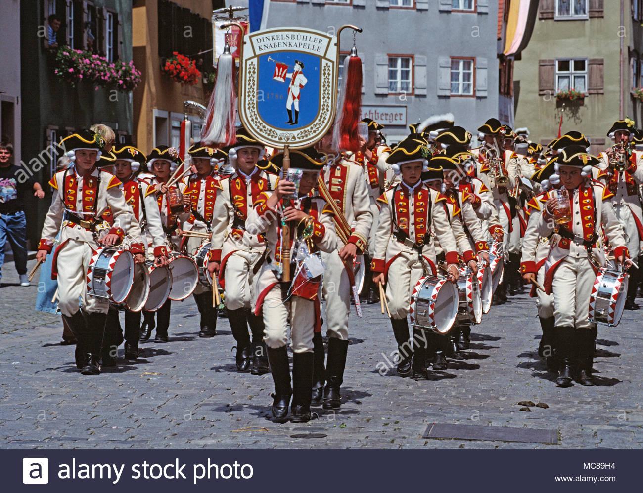 Germania. Dinkelsbühl. Kinderzeche Dinkelsbühl - storica festa. Ragazzi adolescenti marching band in costume. Immagini Stock