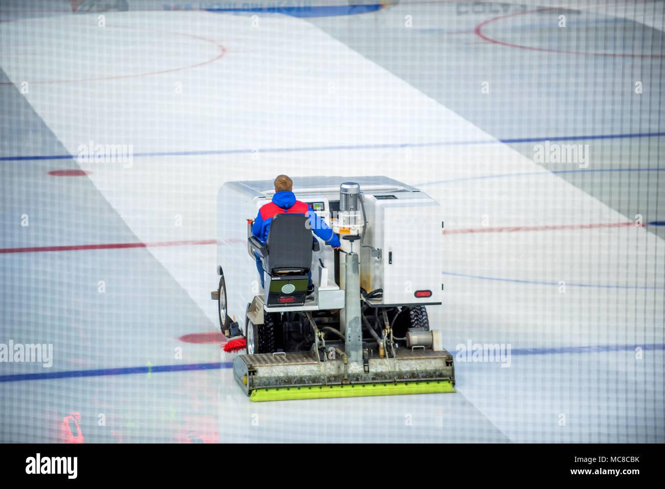 Rifacimento di pulizia della macchina del ghiaccio pista da hockey Immagini Stock