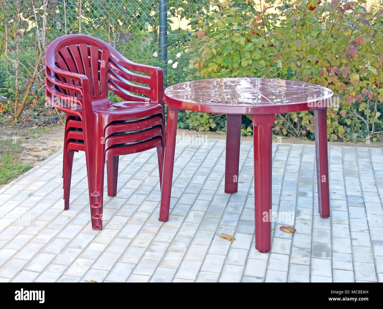Tavolo Sedie Plastica Giardino.Un Tavolo Di Plastica E Sedie In Autunno Nel Giardino Vicino A