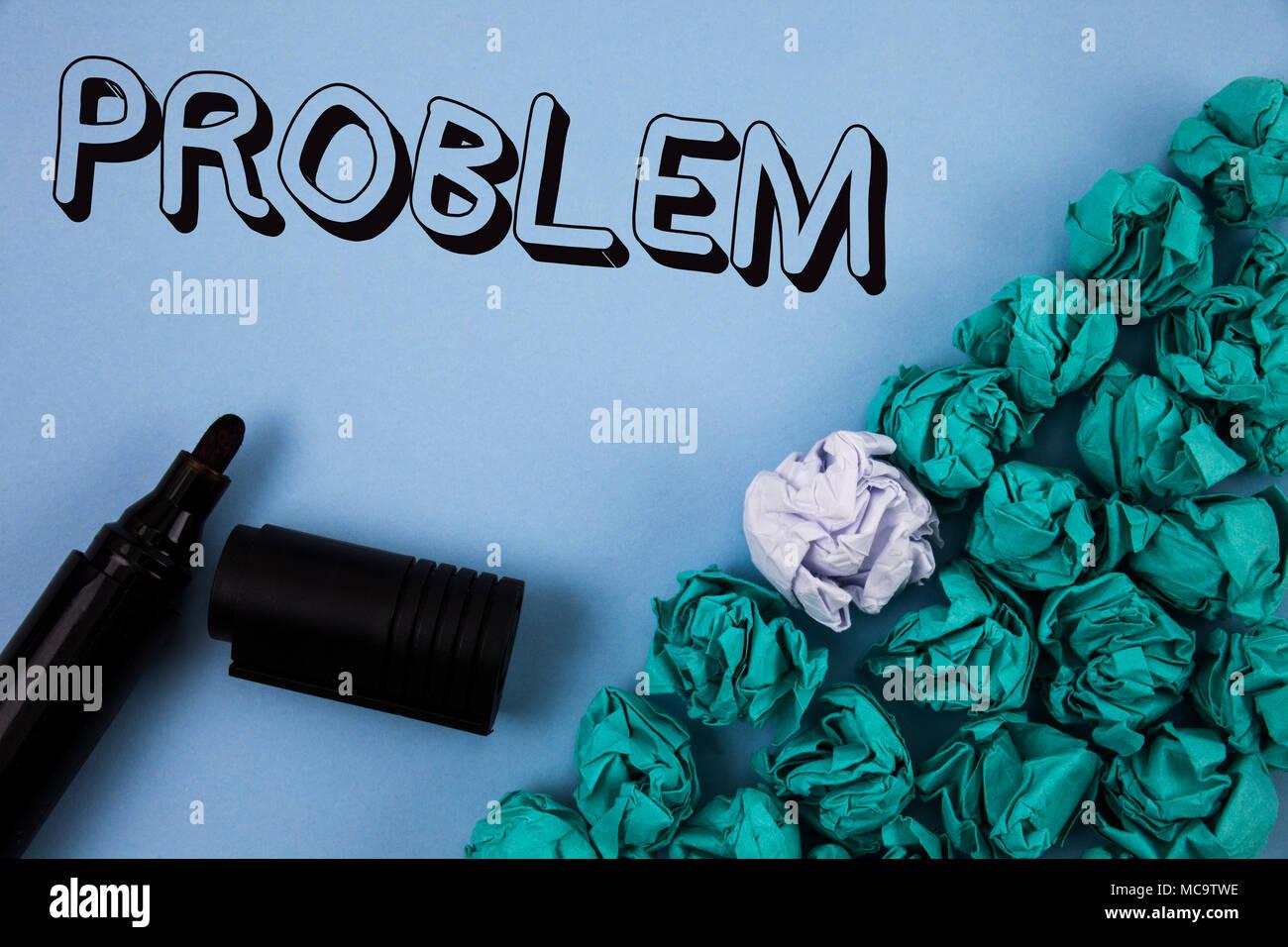 Testo della scrittura problema. Concetto significato dei problemi che devono essere risolti situazione difficile complicazione pianura scritto sfondo blu la carta stropicciata Immagini Stock