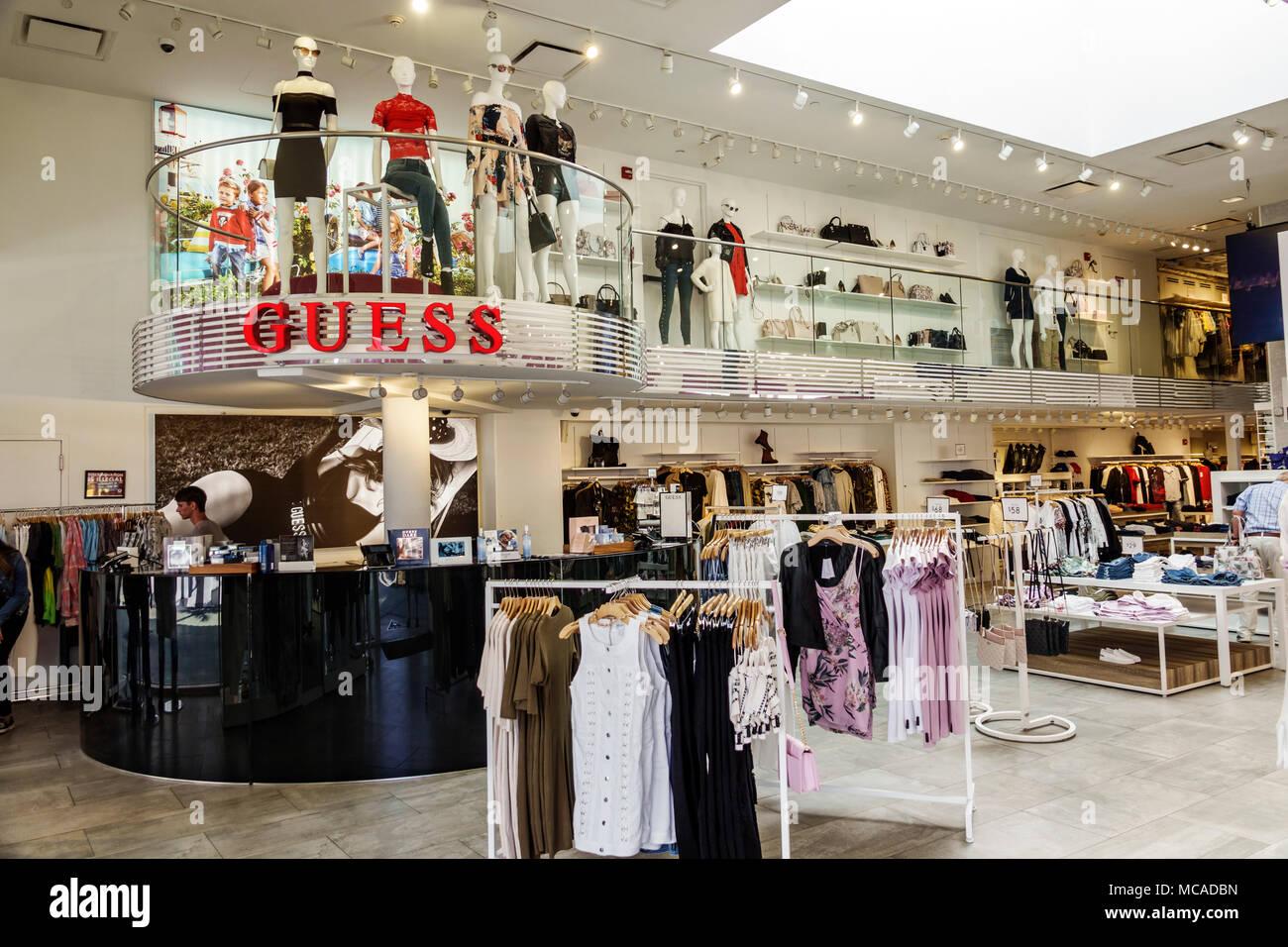 3ff53d07ad45 ... Miami Beach Lincoln Road indovinare brand di abbigliamento alla moda al  dettaglio negozio di moda display interno manichino cassiere abbigliamento  donna