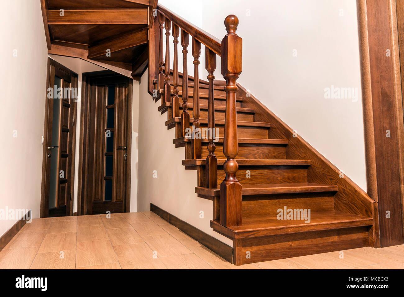 Moderno rovere marrone scale in legno e porte nella nuova for Case pitturate interni foto