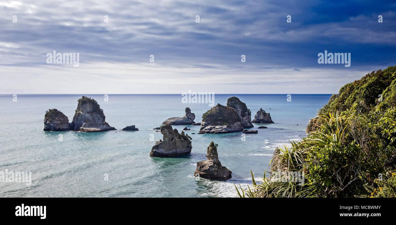 Le pile e le rocce lungo la costa Occidentale Regione del South Island, in Nuova Zelanda. Immagini Stock