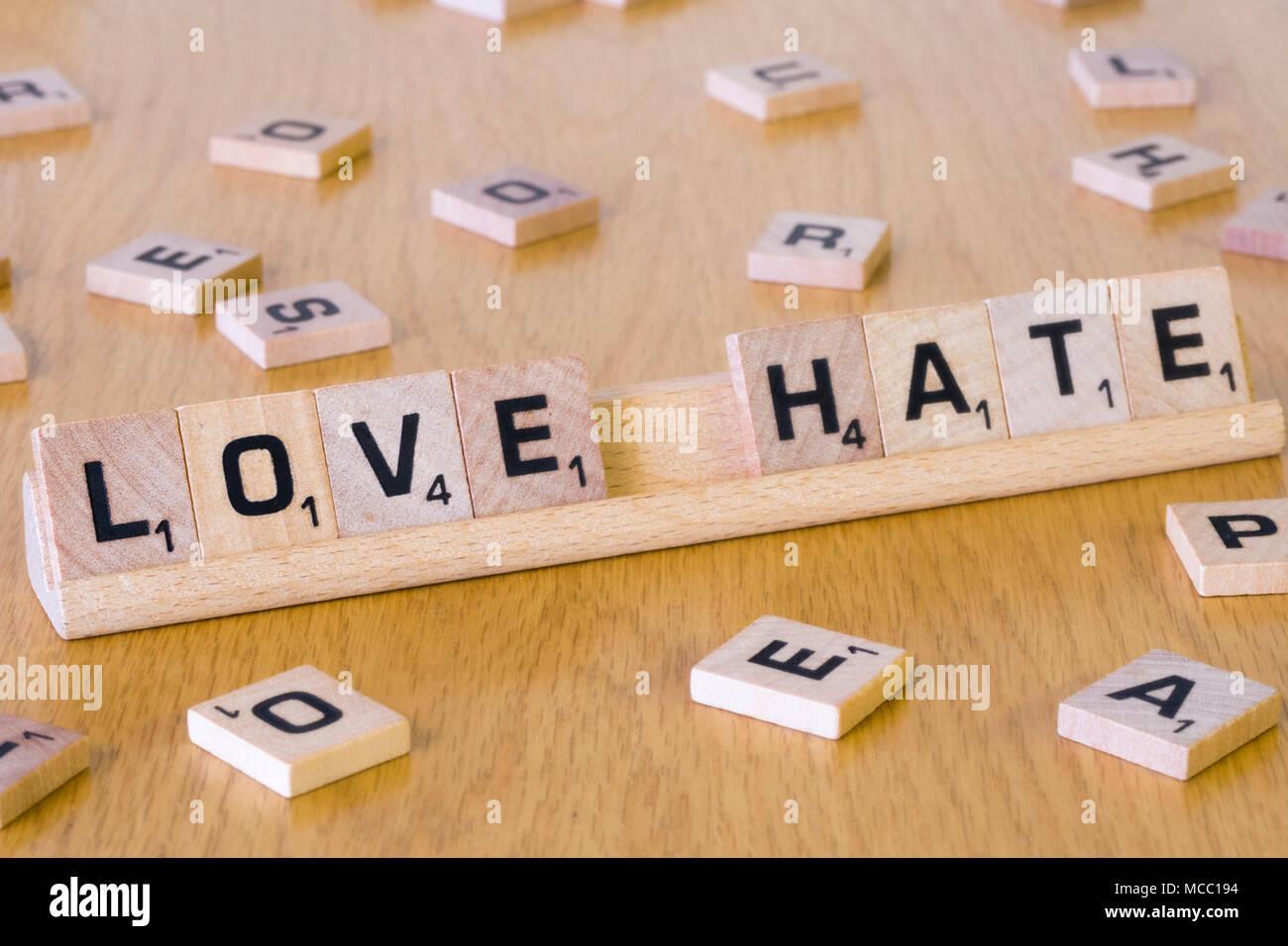 Scrabble lettere di precisare le parole di amore e odio Immagini Stock